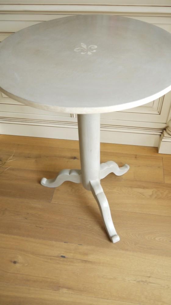 runder beistelltisch im vintage online shop kaufen kw vintage. Black Bedroom Furniture Sets. Home Design Ideas