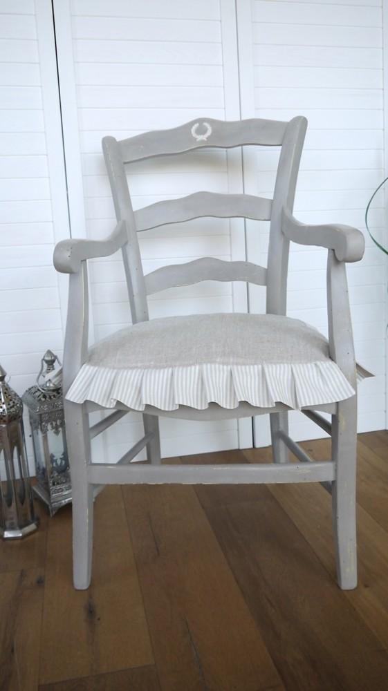Antiker Stuhl mit Kissen